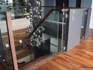 Betonelemente im Obergeschoss:  Flur & Diele von STREGER Massivholztreppen GmbH