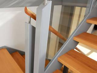Handlauf mit Edelstahldistanzhülse:  Flur & Diele von STREGER Massivholztreppen GmbH