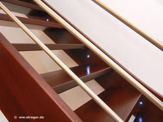 Wangen mit LED-Lampen:  Flur & Diele von STREGER Massivholztreppen GmbH