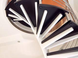 schwarz lackierte Stufen :  Flur & Diele von STREGER Massivholztreppen GmbH