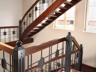 Traumtreppe aus Thermoholz:  Flur & Diele von STREGER Massivholztreppen GmbH