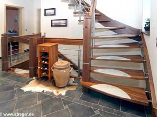 Das robuste dunkle Holz ist besonders hochwertig:  Flur & Diele von STREGER Massivholztreppen GmbH