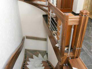 Stufeneinlagen aus Naturstein:  Flur & Diele von STREGER Massivholztreppen GmbH