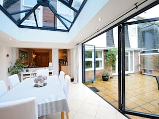 Orangery from Kitchen with Bi Folding Doors Jardines de invierno de estilo moderno de ROCOCO Moderno