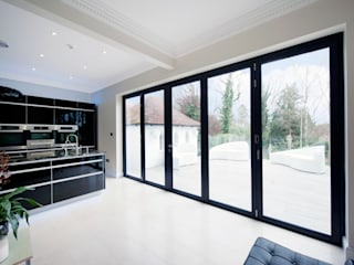 Kitchen Development with Bi Folding Doors Puertas y ventanas de estilo moderno de ROCOCO Moderno