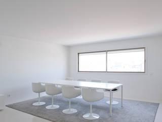 Apartamento no Porto - Portugal Salas de jantar minimalistas por Cláudio Vilarinho Arquitectura e Design Lda Minimalista