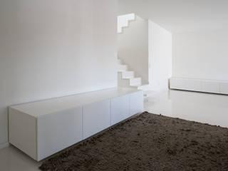 Apartamento no Porto - Portugal Corredores, halls e escadas minimalistas por Cláudio Vilarinho Arquitectura e Design Lda Minimalista