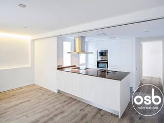 Modern kitchen by osb arquitectos Modern