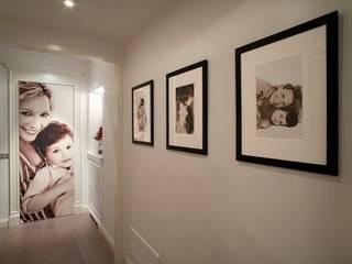 Black & White: Ingresso & Corridoio in stile  di Studio di Architettura Alberto Ambrosini