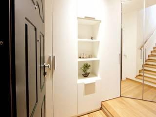 Pasillos y hall de entrada de estilo  por Modularis Progettazione e Arredo, Moderno