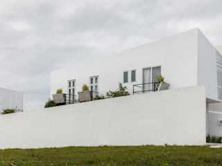Vista lateral de Ten House: Casas de estilo  por Taller ADC Architecture Office