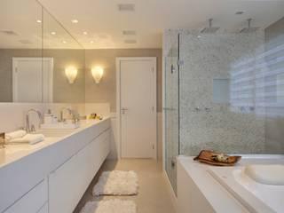 Phòng tắm phong cách hiện đại bởi ANGELA MEZA ARQUITETURA & INTERIORES Hiện đại