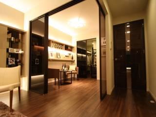 ワインを楽しむためのリビング STUDIO AZZURRO モダンデザインの リビング