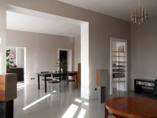 Wohnzimmer mit Blick ins Esszimmer: moderne Wohnzimmer von Lennart Häger Architekt