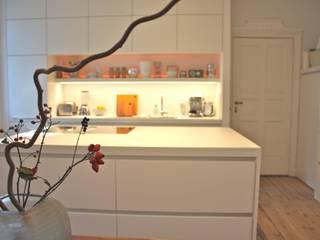 Die weiße Küche in Berlin. Minimalistische Küchen von Sindern Küchen GmbH Minimalistisch