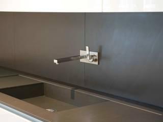 showroom: moderne Küche von rother küchenkonzepte + möbeldesign Gmbh