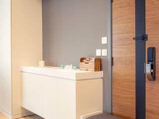 Pasillos, halls y escaleras minimalistas de arctitudesign Minimalista