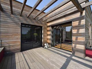 Vue sur la terrasse de l'étage avec pergola bois et bardage red cedar: Terrasse de style  par HELENE LAMBOLEY ARCHITECTE DPLG
