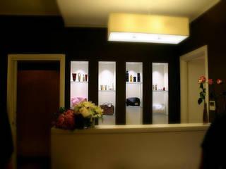 Viasta della reception: Negozi & Locali commerciali in stile  di VS-Architettura