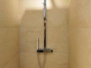 Appartement Notre dame de la garde: Salle de bains de style  par ARCHIIMMO