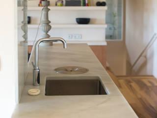 Reforma casa FCN en Onil, Alicante: Cocinas de estilo moderno de DMP arquitectura