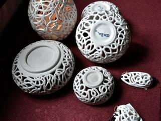 Serie Dedalo:  in stile  di DeBa Ceramiche