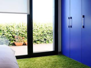 Diseño de interiores de vivienda unifamiliar Dormitorios de estilo moderno de LaMarta interiorismo Moderno
