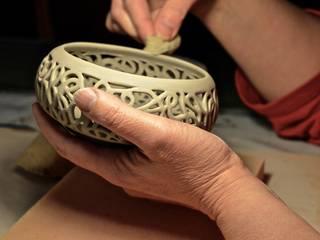 Ciotola Serie Dedalo - La pulitura -:  in stile  di DeBa Ceramiche