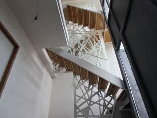 simple et contemporaine: Couloir et Hall d'entrée de style  par XVDH Architecture