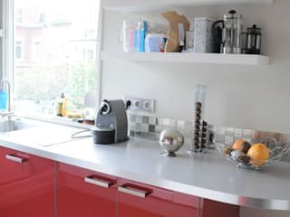 Une cuisine en rouge et blanc Cuisine moderne par idée ô logis Moderne