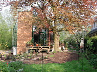 Anbau eines Wintergartens an ein Einfamiliehaus mit energetischer Gebäudesanierung: moderner Wintergarten von Architekt R-M Birkner