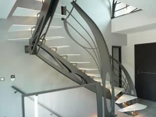 Escalier design double quart tournant Art Nouveau: Couloir, entrée, escaliers de style de style eclectique par La Stylique