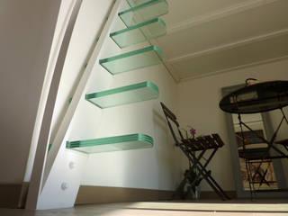 Mezzanine design suspendu: Couloir, entrée, escaliers de style de style Minimaliste par La Stylique