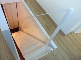Minimalist corridor, hallway & stairs by La Stylique Minimalist