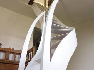 Escalier design profil débillardé: Couloir, entrée, escaliers de style de style Moderne par La Stylique