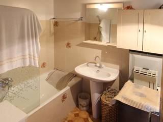 Petit budget pour cette rénovation d'un appartement de bord de mer, corse du sud par Atelier RnB Moderne
