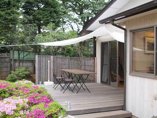 タープのかけられたウッドデッキ: 大庭建築設計事務所が手掛けたテラス・ベランダです。