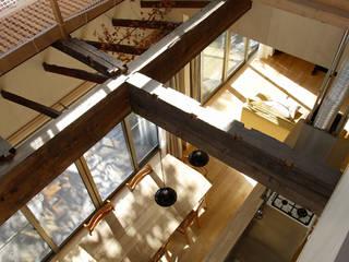 吹き抜けから見たダイニング: 大庭建築設計事務所が手掛けたダイニングです。