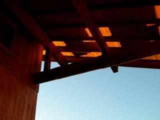 篠田 望デザイン一級建築士事務所 Balcones y terrazas de estilo rústico