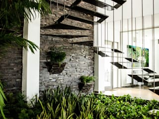 Oficinas ECC Pasillos, vestíbulos y escaleras modernos de ARKOT arquitectura + construcción Moderno