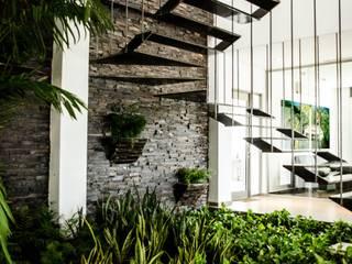 ARKOT arquitectura + construcción Modern corridor, hallway & stairs