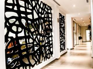 Pasillos y vestíbulos de estilo  por ARKOT arquitectura + construcción