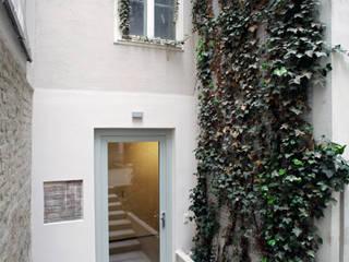 Hofeingang:  Bürogebäude von Salonparallel