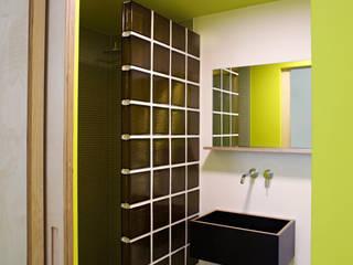 Badezimmer Büro:  Bürogebäude von Salonparallel