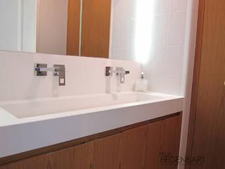 Salle de bains en teck et Corian Salle de bain moderne par SARL Felix Hegenbart Moderne