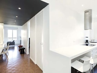 Un appartement qui respire - L'entrée (vue cuisine): Couloir et hall d'entrée de style  par a-sh