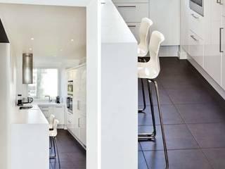 Un appartement qui respire - L'entrée (vue cuisine): Cuisine de style  par a-sh