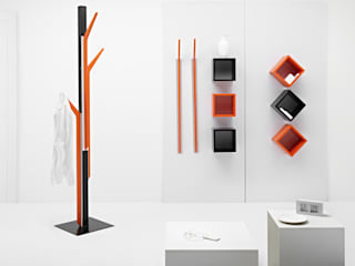 "Magnetika system - ""Ramo"" coat hanger and ""Cubo"" shelves de Ronda Design Moderno"