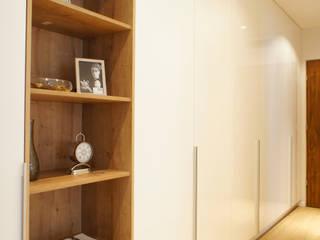 wnętrze mieszkania 68 m2 Nowoczesny korytarz, przedpokój i schody od Mootic Design Store Nowoczesny