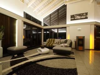 Haus Tech-Wood: moderne Wohnzimmer von Tirolia GmbH